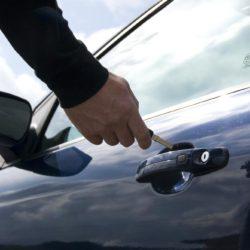 Что делать, когда автомобиль захлопнулся?